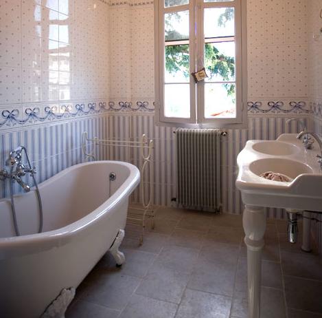 Voici Quelques Idées Déco Pour Une Salle De Bain Rétro.  Tomette Ceramiques Du Beaujolais