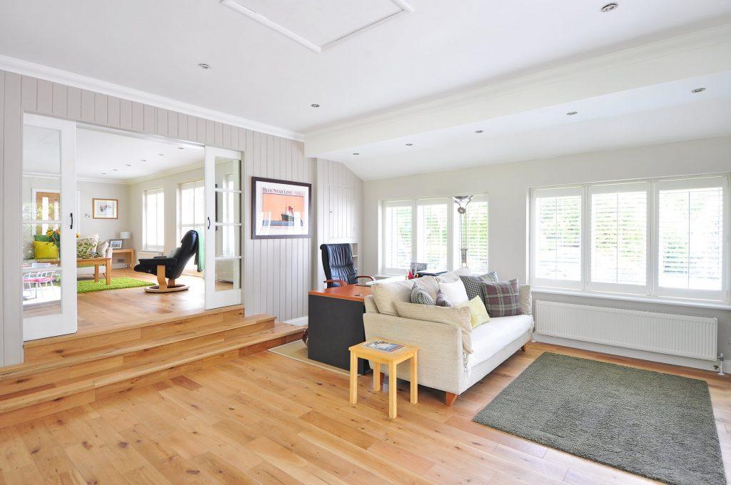 Salon à la décoration tendance avec un sol en parquet