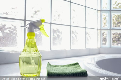 Si vous avez de l'eau calcaire, un adoucisseur peut être une solution pour avoir une salle de bains sans tartre et donc éviter la surconsommation de produits ménager.