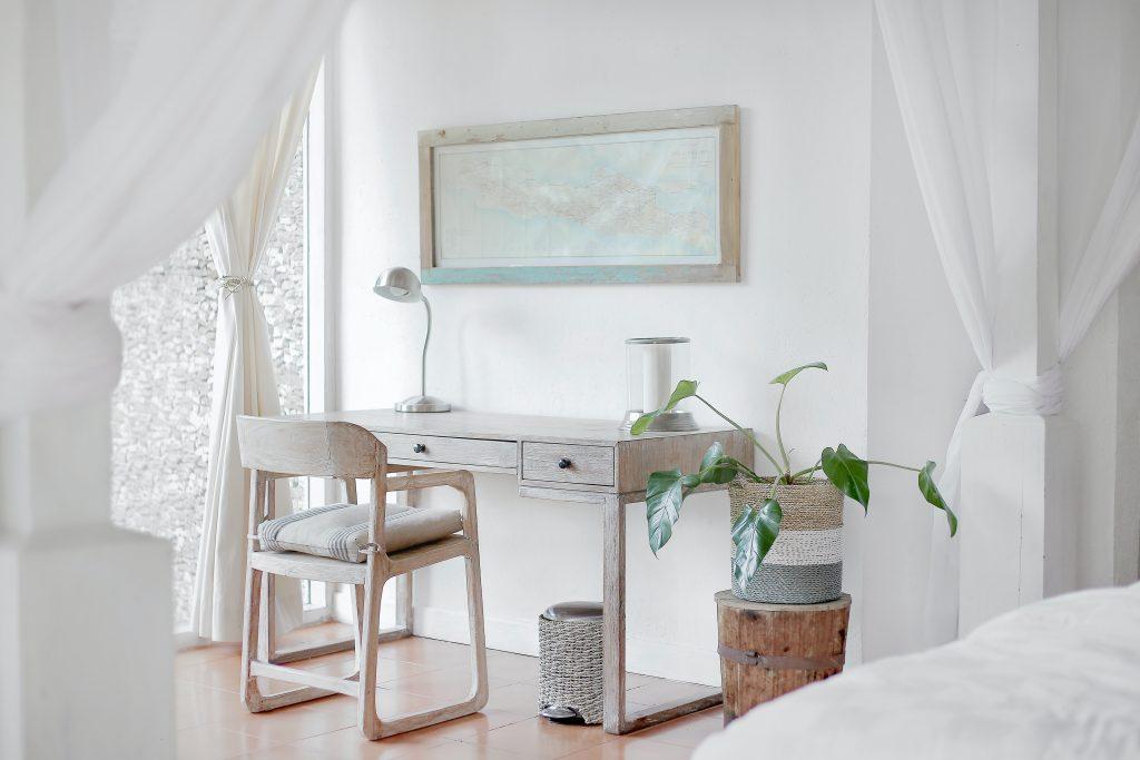 Un bureau blanc avec des plantes