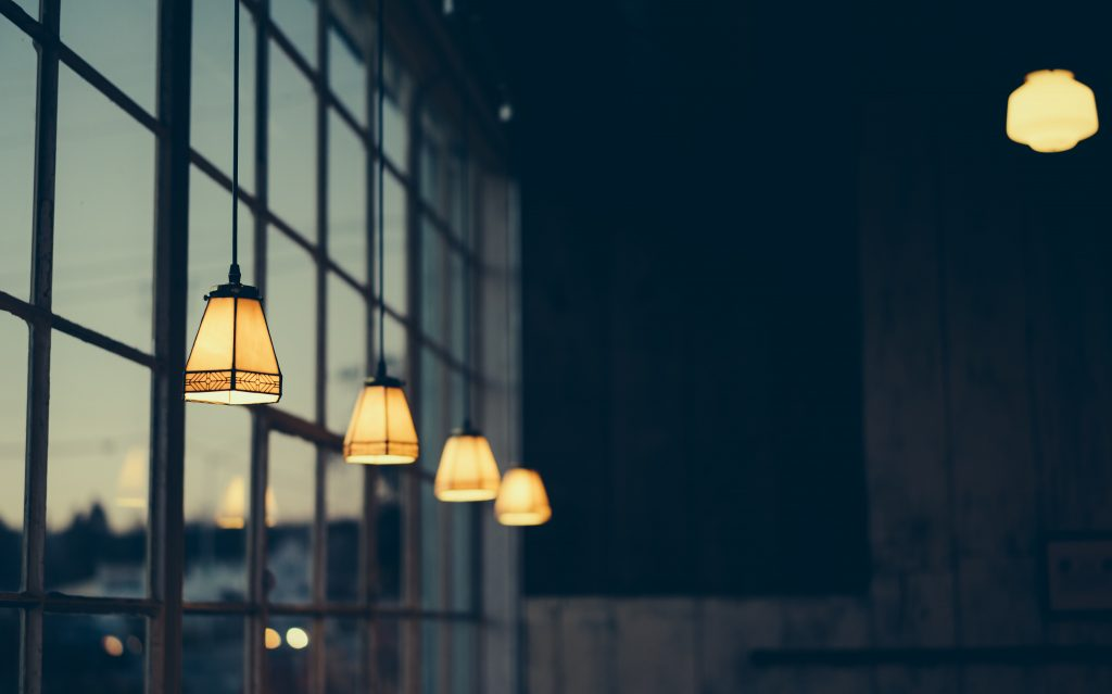 rangée de lampes devant une vitre
