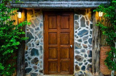 Une porte d'entrée en bois apportera du cachet à votre maison. Photo Free Digital Photos