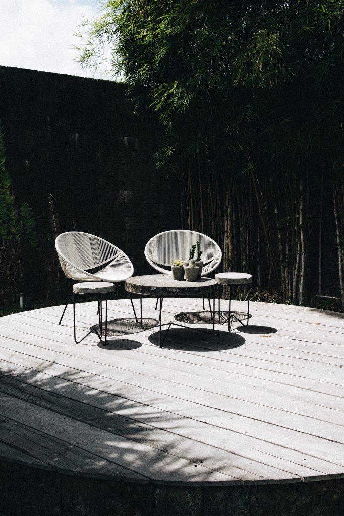 mobilier extérieur deux chaises et une table en bois gris sur terrasse en bois