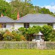 Maison avec un jardin qui est délimité par une clôture