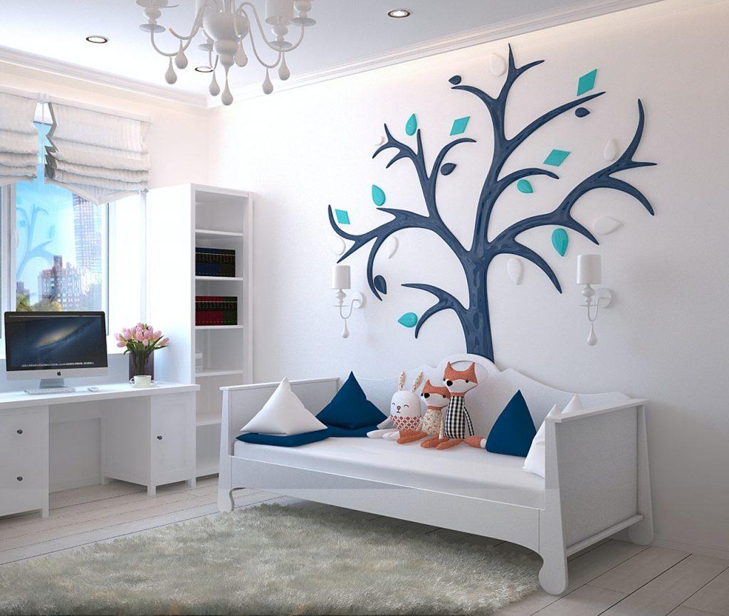 chambre d'enfant avec un arbre dessiné sur un mur