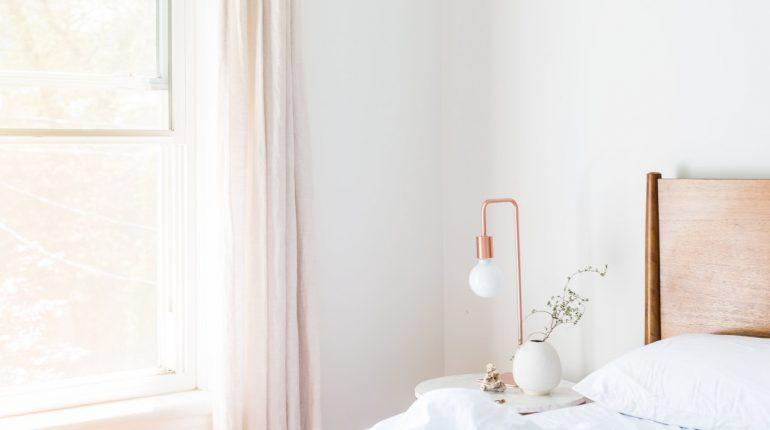 chambre décorée en blanc avec des accessoires rose gold